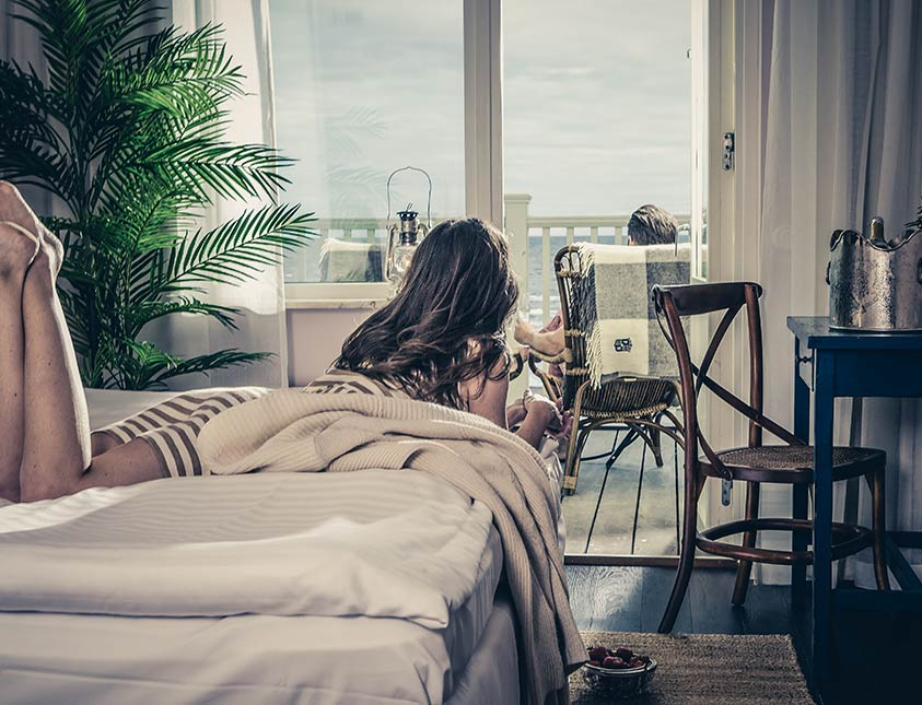 Hotellrum med havsutsikt och härlig balkong på Falkenberg Strandbad