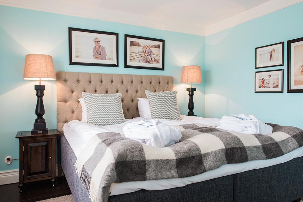 Inbjudande skön säng i standardrum på Falkenberg Strandbad