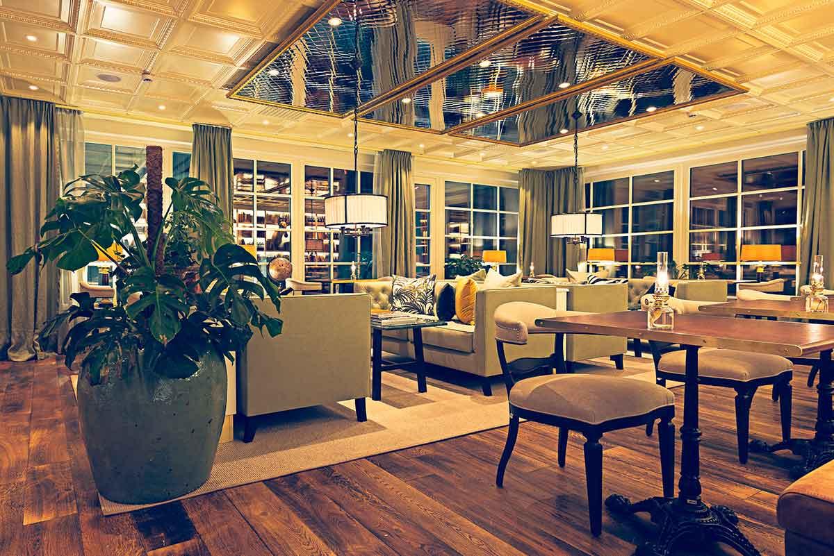 Välkomnande inredning i restaurang Köket på Falkenberg Strandbad