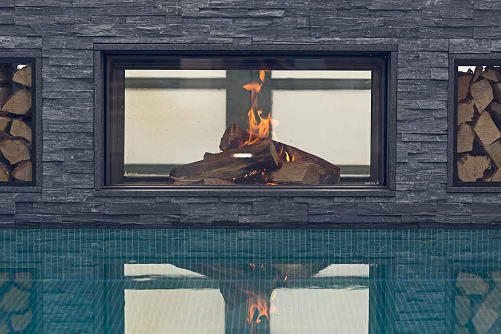 Flammande eld vid poolen i vårt spa The Retreat Club på Falkenberg Strandbad