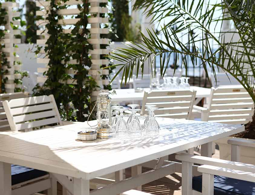 Relaxa i sol eller skugga - du väljer i restaurangen Bistro Mer på Falkenberg Strandbad