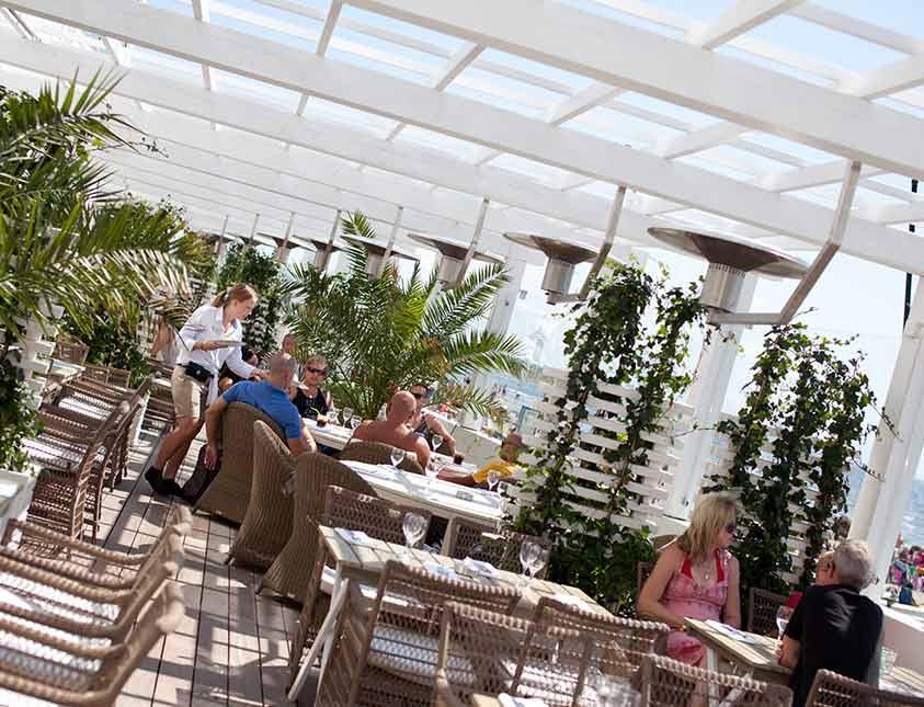 Bli serverad god mat och dryck i solen i restaurang Bistro Mer på Falkenberg Strandbad