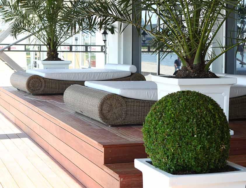 Relaxa i skuggan på sköna bäddar i restaurang Bistro Mer på Falkenberg Strandbad