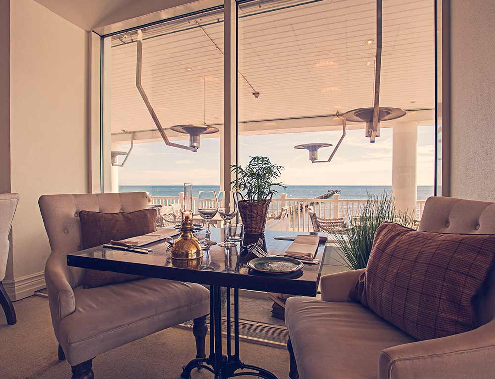 Slå dig ner vid fönstret i restaurang Famille på Falkenberg Strandbad