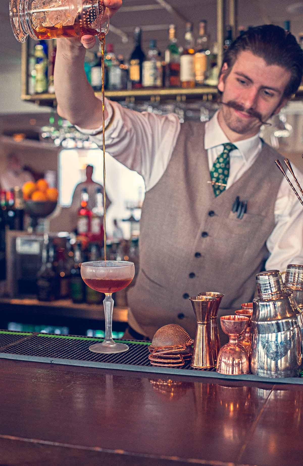 Smutta på en god drink i restaurang La Famille på Falkenberg Strandbad