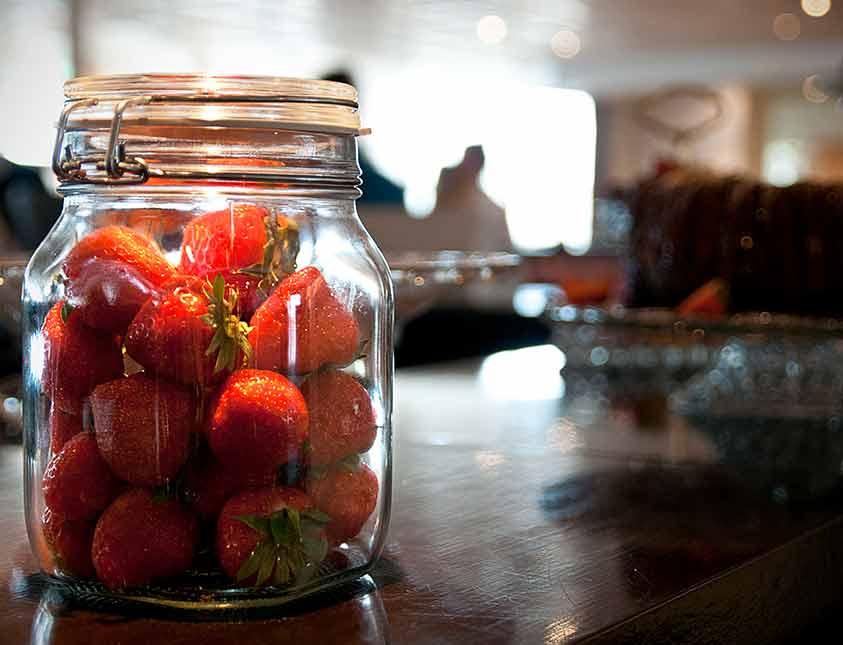 Jordgubbar till frukost när du övernattar på Falkenberg Strandbad
