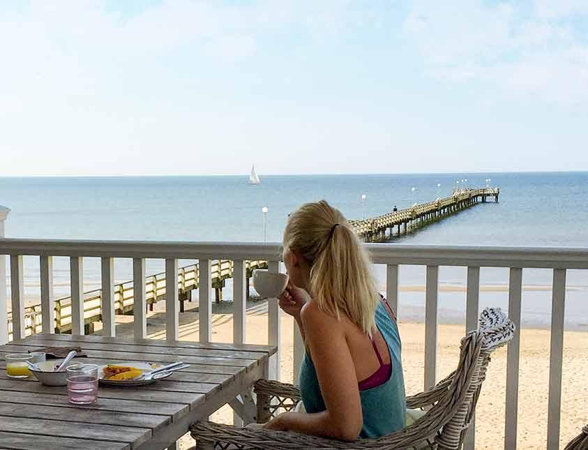 Frukost på uteserveringen är en perfekt start på dagen när du bor på Falkenberg Strandbad