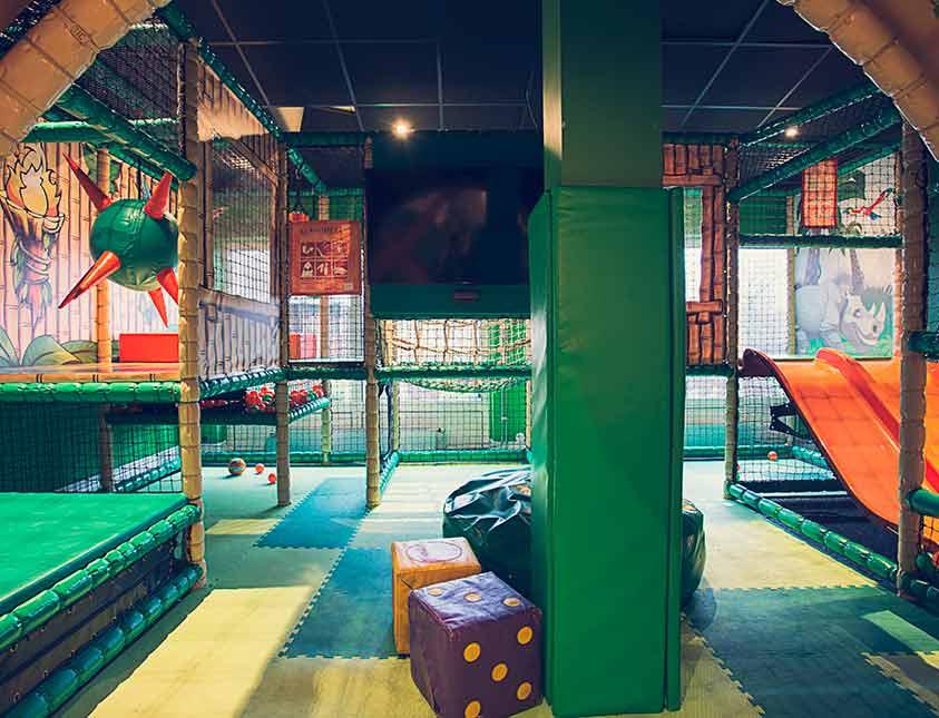 Generösa lekytor i Falkenberg Strandbads där baren kan leka medan du är i spa-anläggningen