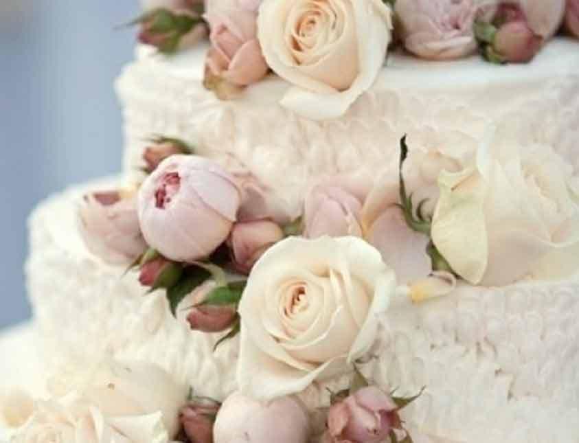 Blomstrande bröllopstårta på Falkenberg Strandbad