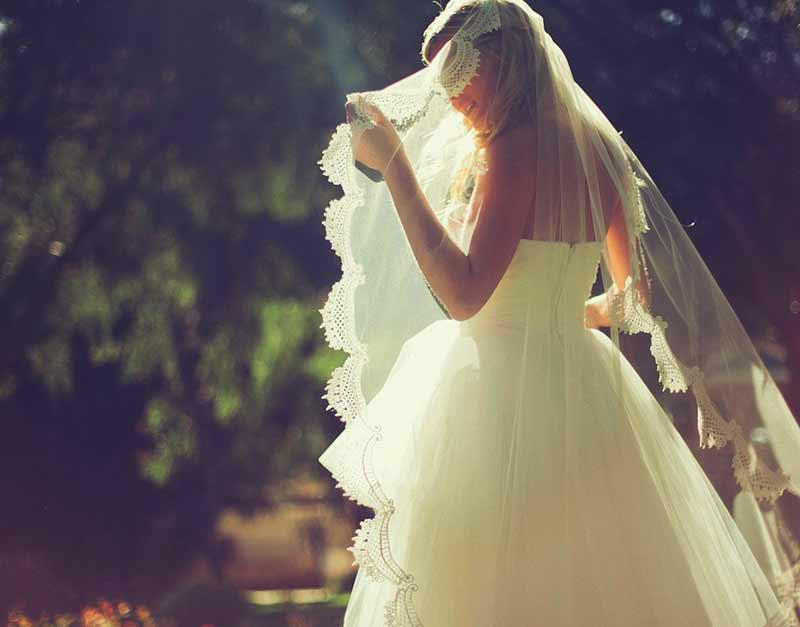 Brud under bröllop på Falkenberg Strandbad