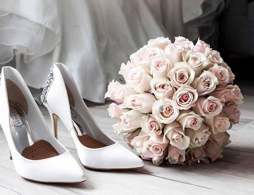 Vacker rosenbukett och klackskor till bröllopet på Falkenberg Strandbad
