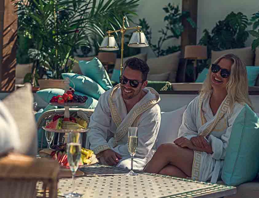 Dryck och tilltugg i goda vänners lag i vårt spa The Retreat Club på Falkenberg Strandbad