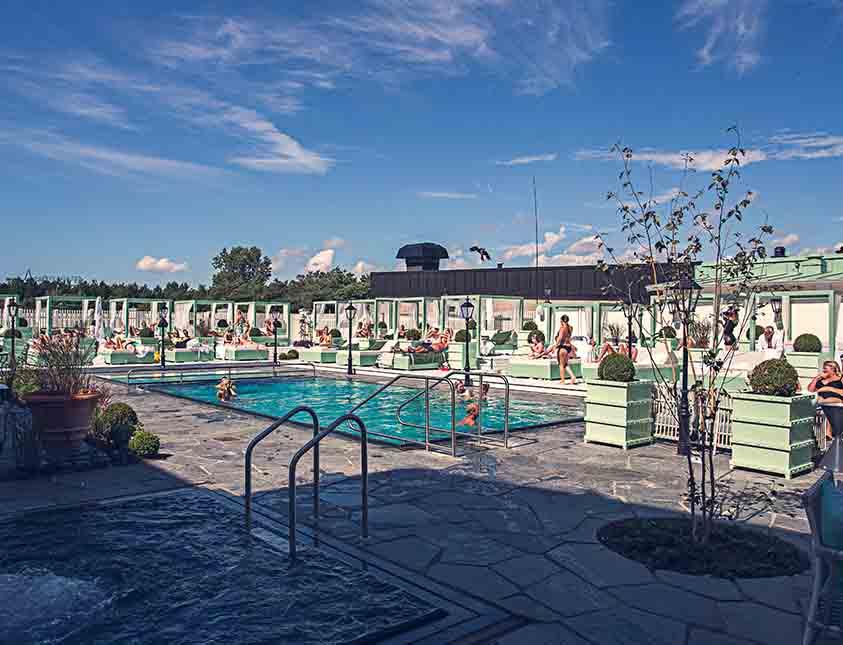 Pool, avkoppling och en blå himmel i vårt spa på Falkenberg Strandbad