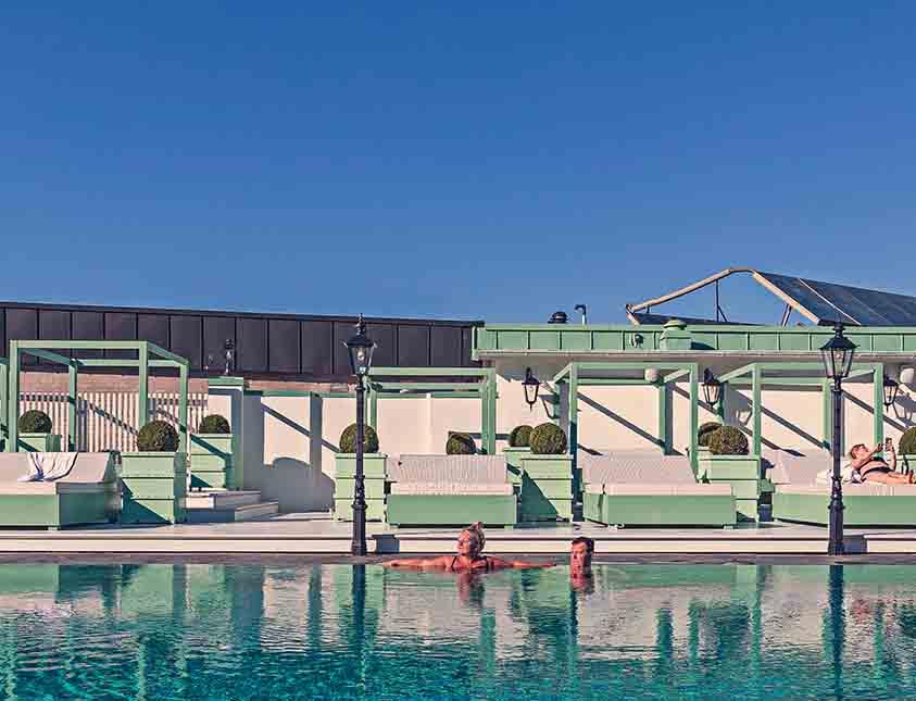 En vacker dag vid poolen på Falkenberg Strandbad är svårslaget