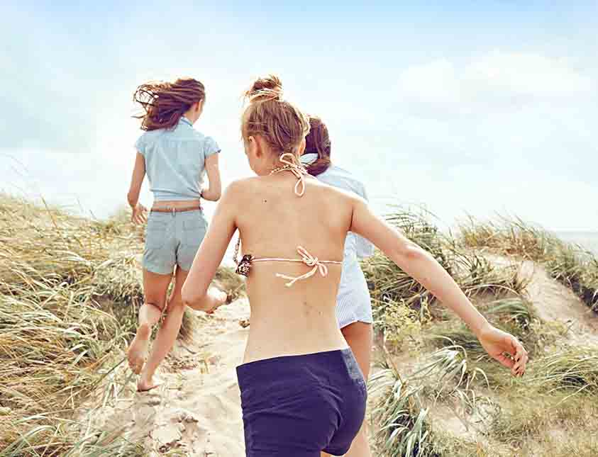 Trivs och umgås på stranden vid Falkenberg Strandbad