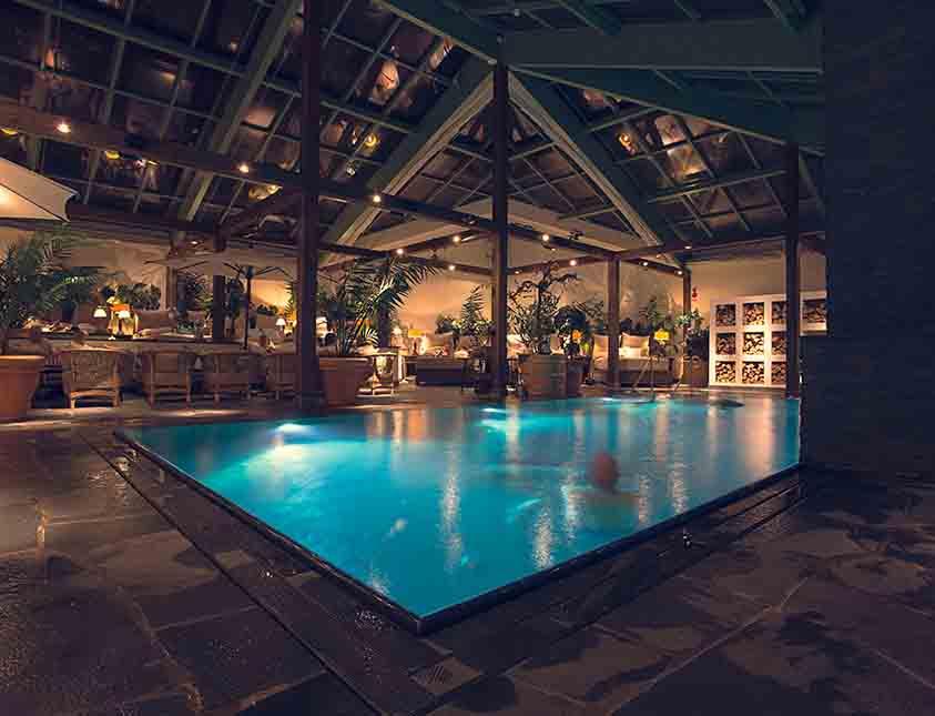 Ett dopp i poolen är lika skönt dag som kväll på Falkenberg Strandbad