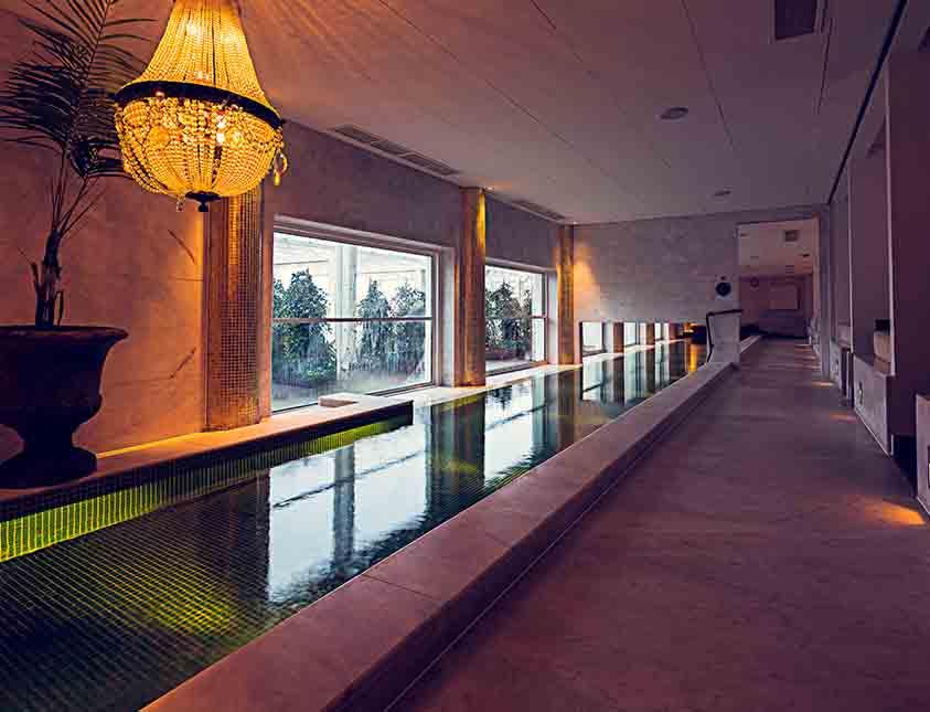 Inomhuspoolen inbjuder till sköna bad med fin utsikt på Falkenberg Strandbad