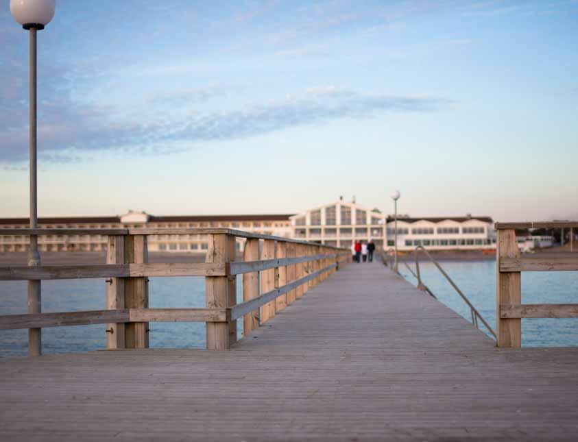 Ta en skön promenad på bryggan under din vistelse på Falkenberg Strandbad