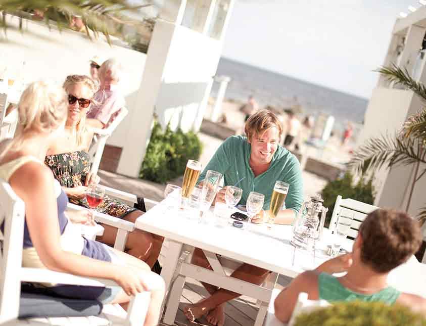 Sommar-restaurang och en öl i solen med kompisgänget på Falkenberg Strandbad